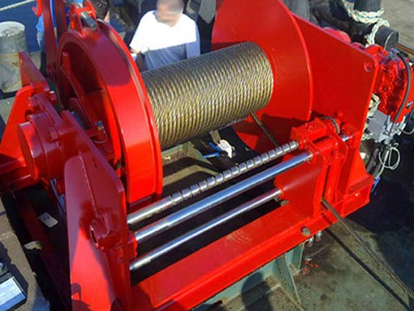 Cable pulling winch with spooling device