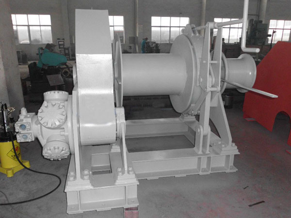 Towing winch hydraulically powered